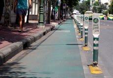 fietssteeg met de serie van tekenspolen met weg op de weg van PHRA AHTIT langs de rivier van CHAO PHRAYA in BANGKOK Royalty-vrije Stock Afbeelding