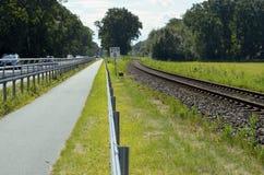 Fietssteeg tussen weg en spoorwegspoor op het Oostzeeeiland Usedom Stock Foto