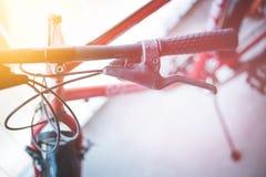 Fietsstuur en onderbrekingen, fietsreparatie, vage achtergrond royalty-vrije stock foto's
