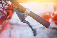 Fietsstuur en onderbrekingen, fietsreparatie, vage achtergrond stock foto's