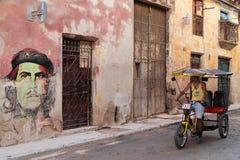 Fietstaxi in een straat van Havana Stock Foto