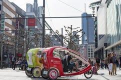 Fietstaxis in de stad van Frankfurt Frankfurt-am-Main, Duitsland - April 1 2014 Stock Foto