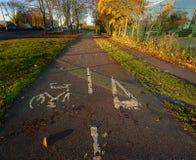 Fietsverkeersteken op de weg De herfst, Stevenage, het UK Stock Foto