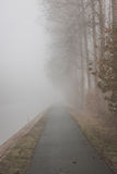Fietsweg in mist Royalty-vrije Stock Fotografie