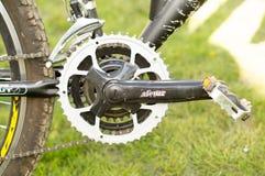 Fietswiel met breinaalden, pedalen en een ketting Actieve gangen stock afbeelding