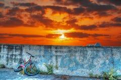 Fietswrak bij zonsondergang Stock Foto's