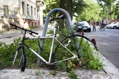 Fietswrak in een straat van Berlijn, Duitsland Stock Fotografie
