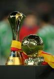 FIFA schlagen Weltcup und goldene Kugel mit einer Keule Lizenzfreies Stockbild