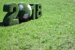 Fifa-Weltcup Russland 2018 mit dem Hintergrund gemacht vom grünen Gras Lizenzfreie Stockfotografie