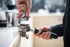 Fifflar använda för Barista pressar malt kaffe fotografering för bildbyråer