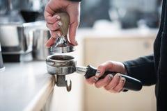 Fifflar använda för Barista pressar malt kaffe royaltyfria bilder