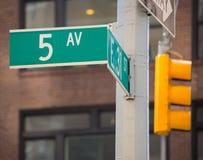 Fift-Alleenzeichen 5. Handels New York Mahnattan Lizenzfreie Stockfotos