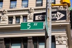 Fift-Alleenzeichen 5. Handels New York Mahnattan Lizenzfreie Stockbilder
