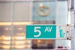 Fifth Avenue assina dentro o crossong pedestre, Midtown Manhattan Foto de Stock