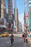 Fifth Avenue met de mens vleetraad gebruiken en mensen die in New York Royalty-vrije Stock Foto's