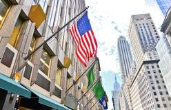 Fifth Avenue och amerikanska flaggan i New York City Fotografering för Bildbyråer