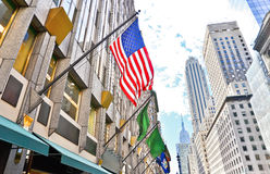 Fifth Avenue und amerikanische Flagge in New York City Stockbild