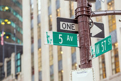 Fifth Avenue undertecknar in fot- crossong, midtownen Manhattan Arkivfoto