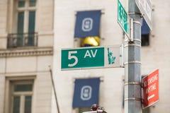 Fifth Avenue undertecknar in fot- crossong, midtownen Manhattan Arkivbild