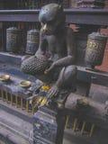 Figürchen Affe und Durian in Kathmandu in der Mitte der Stadt Stockbild