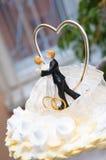 Figürchen auf einem Hochzeitskuchen Stockbilder