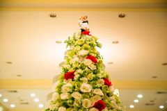 Figürchen der Braut und des Bräutigams auf einer blöden Hochzeitstorte der Hochzeitstorte, die die Verpflichtung symbolisiert, um Stockbilder