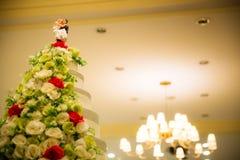 Figürchen der Braut und des Bräutigams auf einer blöden Hochzeitstorte der Hochzeitstorte, die die Verpflichtung symbolisiert, um Lizenzfreie Stockbilder