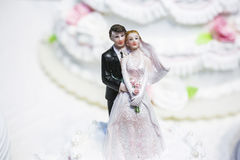 Figürchen der Braut und des Bräutigams auf einer Hochzeitstorte Stockfoto