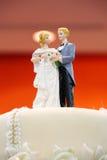 Figürchen der Braut und des Bräutigams auf Hochzeitskuchen Lizenzfreie Stockfotos