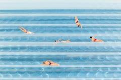 Figürchen, die im Wasser zurück gerieben schwimmen Stockbild