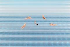 Figürchen, die im Wasser zurück gerieben schwimmen Stockfotos