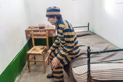 Figürchen in einer Zelle eines Gefängnisses stockfotos
