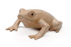 Figürchen eines Frosches schnitzte von einem Baum auf einem weißen Hintergrund lizenzfreies stockfoto