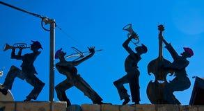 Figürchen eines glücklichen Bandes gegen die Himmel Stockbilder