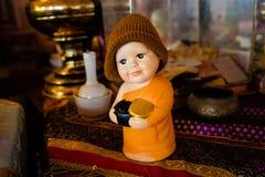 Figürchen eines Mönchs mit Almosen rollen bei Wat Phra That Doi Wao, Chiang Rai, Thailand lizenzfreie stockbilder