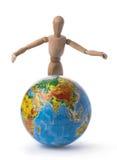 Figürchen eines Mannes wirft oben seine Hände über der Kugel Lizenzfreie Stockfotos
