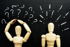 Figürchen Frage und Ausrufezeichen als Symbole von Schwierigkeiten in der Kommunikation stockfoto