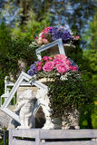 Figürchen im Garten mit Blumen in den Vasen Lizenzfreie Stockfotos