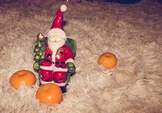 Figürchen von Santa Claus mit köstlichen und reifen Orangen, damit die Umkleidekabinen neues Jahr und Weihnachtsstimmung schaffen Stockfotos