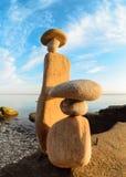 Figürchen von Steinen auf Küste Lizenzfreies Stockbild