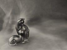 Figürchenkatzen in einem Nebel auf einem dunklen Hintergrund Lizenzfreies Stockfoto