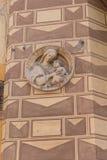 Figürchensymbol auf alter Hausmauer Lizenzfreies Stockfoto