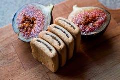 Fig ciastka z owoc na drewnianej powierzchni Zdjęcie Royalty Free