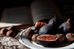 Fig. en noten op een plaat Stock Afbeelding