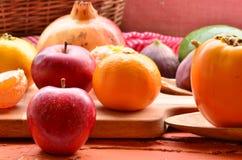 Fig., granaatappel, avocado, appelen en mandarins (mandarijnen) op ruwe achtergrond Stilleventhema Royalty-vrije Stock Fotografie