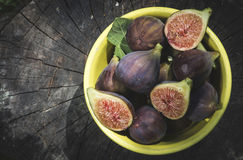 Fig. in kom op hout Royalty-vrije Stock Fotografie