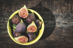 Fig. in kom op hout Stock Fotografie