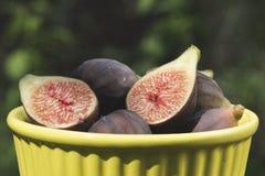 Fig. in kom op hout Stock Afbeelding