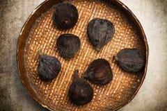 Fig. op een houten plaat Stock Afbeeldingen