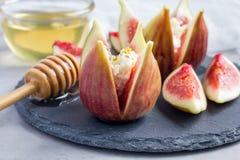 Fig, sera, pistaci i miodu deser na łupku talerzu, horyzontalnym Obraz Royalty Free